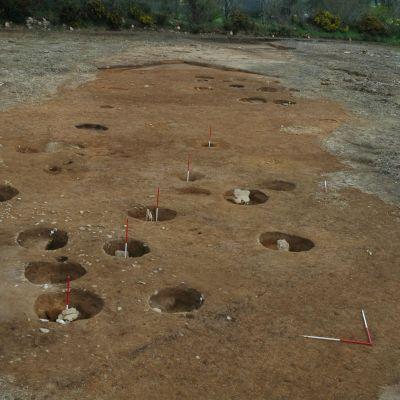 Kermenguy,  Batiment sur poteau en cours de fouille