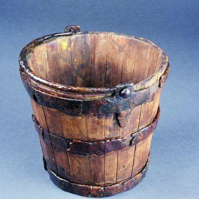 Carhaix, Domus de l'hopital. Seau en Iff trouvé au fond du puits après restauration. Cliché. G. Le Cloirec