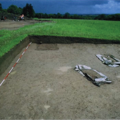 Kergroas, Les sépultures dans le tertre, Villard-Le Tiec