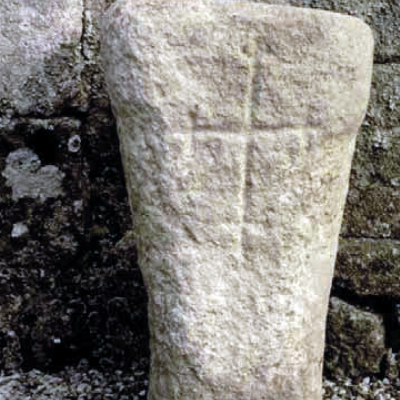 Locuon, autel gallo-romain christianisé. Cliché J.-Y.Eveillar