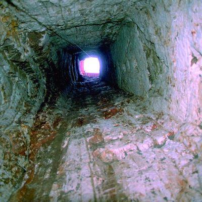 Vue du fond du puits du camp de Saint-Symphorien. Cliché Y. Menez